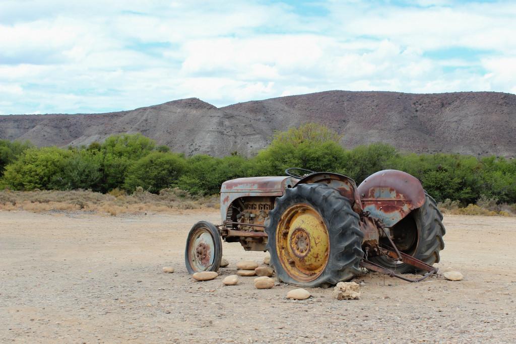 Przebicie opony w ciągniku rolniczym – wymieniać, czy łatać?